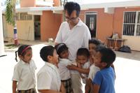 Los niños, en especial los de las comunidades indígenas, conforman un público de interés para el doctor Takeuchi, por lo que algunos de sus libros de divulgación de la ciencia ya han sido traducidos en 9 lenguas indígenas