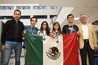 La delegación mexicana escoltada por sus mentores académicos en el certamen salvadoreño Abel Sánchez Bejarano (izq) y José Manuel Méndez Stivalet (der), integrantes de la organización de la Olimpiada Nacional de Química de la Academia Mexicana de Ciencias.