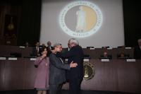 Tras recibir el doctor Enrique Graue la venera de expresidente de la ANM, el doctor Armando Mansilla recibe la de nuevo presidente. Atestigua la doctora Teresita Corona, vicepresidenta de comité directivo 2017-2018.