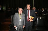 Entregan  medalla Miguel F. Jiménez a los académicos que cumplieron 50 años de haber ingresado a la ANM, En la imagen el doctor José Antonio Sereno Coló y en representación de Guillermo Ruiz Reyes, acudió su hijo .