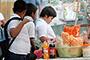 Para combatir la obesidad se tiene que educar a la población sobre hábitos alimenticios saludables, como consumir agua simple en cantidad suficiente, dejar las bebidas azucaradas, entre ellos los refrescos.