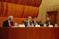 Los doctores Michel Morange, Francisco Bolívar Zapata, Antonio Lazcano Araujo y Ranulfo Romo durante la mesa redonda Francis H. Crick, a cien años de su nacimiento en El Colegio Nacional.