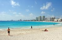 En destinos internacionales como Cancún, Quintana Roo, los hoteles y las empresas prestadoras de servicios turísticos adquieren cerca del 90% de sus insumos de fuentes no locales, lo que provoca que las ganancias salgan del lugar y no signifiquen una mejora en la calidad de vida de las personas, señala la investigadora Pricila Sosa Ferreira.