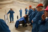 Investigadores del Snolab presentan a Stephen Hawking los avances de su proyecto.
