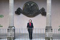 Con el escudo de El Colegio Nacional al fondo, la doctora Estela Susana Lizano Soberón en el día de su ingreso como nueva integrante de la institución.