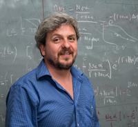 Yair Krongold, investigador del Instituto de Astronomía de la UNAM y miembro de la Academia Mexicana de Ciencias, explicó los alcances de la nueva fase del proyecto que permitirá, entre otros temas, estudiar con mayor detalle las relaciones entre agujeros negros y galaxias.