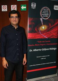 """El doctor Alberto Güijosa impartió la plática """"Todo con Cuerda: Quarks, Hoyos Negros y Entrelazamiento"""", como parte del ciclo de Conferencias de Premios de Investigación de la Academia Mexicana de Ciencias."""