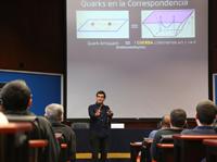 La mayor virtud de la Teoría de Cuerdas es que ofrece un camino para entender a la gravedad a nivel microscópico, tarea pendiente en la física actual, apunta el investigador Alberto Güijosa, del Instituto de Ciencias Nucleares-UNAM, en su charla dentro del ciclo Conferencias de Premios de Investigación de la AMC.