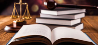 El abogado defiende intereses de terceros ante autoridades y ante otras personas, esa es su función, por lo tanto, su papel es fundamental para la impartición de justicia.