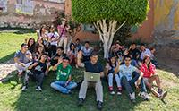 El investigador Salvador Ruíz Correa, del Instituto Potosino de Investigación Científica y Tecnológica (Ipicyt), en un trabajo de campo con un grupo de jóvenes para el uso de la plataforma 'UrBis'.