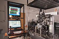 Imagen de cómo luce el aparato que contiene las pinzas ópticas. Este instrumento se basa en un microscopio óptico, con el cual se puede observar muestras biológicas y micropartículas.