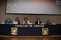 En la primera mesa del ciclo Los alimentos transgénicos a debate participaron Julio Muñoz Rubio, Elena Álvarez Buylla, Rosaura Ruiz, Javier Flores y Francisco Bolívar Zapata, en el auditorio Alberto Barajas Celis de la Facultad de Ciencias UNAM.