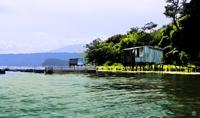 Lago de Ilopango, en El Salvador. Es un lago de origen volcánico, el volcán bajo la superficie sigue en activo.