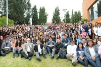 El presidente de la Academia Mexicana de Ciencias, Jaime Urrutia Fucugauchi, y el director del programa Verano de la Investigación Científica, Víctor Pérez-Abreu (al frente), rodeados de un grupo de estudiantes que cubren una estancia de investigación este año, durante la celebración del XXV Aniversario de este programa.