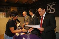 Personal de la DGTPA recibe sus constancias en uno de los salones de las oficinas de IBBY México.