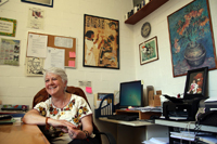 En el laboratorio de la doctora Lena Ruiz Azuara se han creado drogas para combatir el cáncer que actualmente se prueban en humanos. En la imagen, la investigadora integrante de la Academia Mexicana de Ciencias en su oficina de la Facultad de Química de la UNAM.