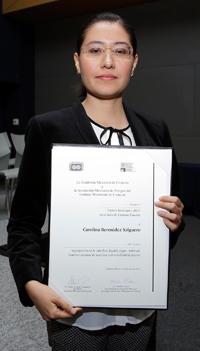 La doctora Carolina Bermúdez Salguero, de la Facultad de Química de la UNAM, obtuvo el Premio Weismann 2015, en el área de ciencias exactas.