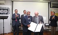 José Luis Morán, presidente de la Academia Mexicana de Ciencias (AMC), formalizó el ingreso del profesor Samuel B. Trickey como miembro correspondiente de la AMC, en una ceremonia celebrada en el Departamento de Química del Centro de Investigación y de Estudios Avanzados, en donde el científico estadounidense ofreció una conferencia.