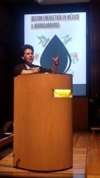 """Alma Torres Porres, dedicada a la  ingeniería geofísica,participó con la conferencia """"Perspectivas y retos de la exploración de hidrocarburos en un nuevo entorno de negocio"""", como parte del simposio El sector energético en México en El Colegio Nacional."""