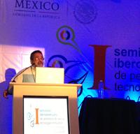 El doctor José Franco durante la conferencia impartida en el marco del encuentro de periodismo científico.