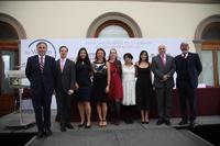 Ganadoras de las Becas para las Mujeres en la Ciencia L´Oréal-UNESCO-CONACYT-AMC 2017, flanqueadas por los integrantes del presìdium en la ceremonia realizada en el Alcázar del Castillo de Chapultepec.