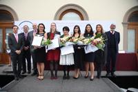 Integrantes del presídium e investigadoras ganadoras de las Becas para la Mujeres en las Ciencia L´Oréal-UNESCO-CONACYT-AMC 2017, en el Alcázar del Castillo de Chapultepec.