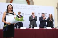 Edna González Bernal en la ceremonia de entrega de las Becas para Mujeres en la Ciencia L´Oréal-Unesco-Conacyt-AMC 2017.
