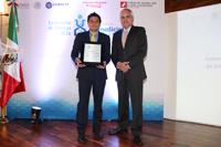 El doctor Porfirio Nava Domínguez, investigador del Departamento de Fisiología, Biofísica y Neurociencias del Cinvestav-IPN, recibió de Víctor Carreón, director adjunto de Planeación y Evaluación del Conacyt el Premio de Investigación en Biomedicina Dr. Rubén Lisker.