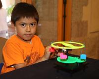 Niños de nivel primaria desarrollaron habilidades en programación, electrónica, mecánica, matemáticas y conceptos de magnetismo durante el taller, en el que pudieron armar distintos móviles, como ruedas de la fortuna y sillas voladoras.
