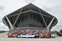En la escalinata del Prince Mahidol Hall, participantes de 76 países en la ?49ª Olimpiada Internacional de Química, realizada del 6 al 15 de julio de 2017 en Tailandia.