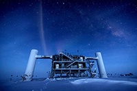 El observatorio IceCube, un telescopio de neutrinos situado en la estación Amundsen-Scott del Polo Sur, registró datos que podrían usarse para rastrear los rayos cósmicos.