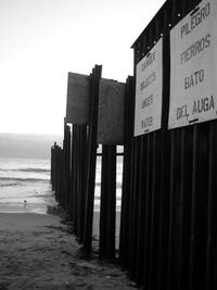 Imagen: Muro fronterizo de Tijuana-San Ysidro. En la zona fronteriza de San Ysidro, en San Diego, California, y Tijuana, Baja California, se reportaron 5 mil 600 muertes de migrantes mexicanos indocumentados entre 1994 y 2009, informó Guillermo Castillo Ramírez, investigador del Departamento de Geografía Social del Instituto de Geografía de la UNAM.