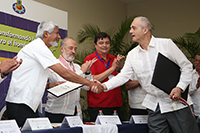 El presidente de la Academia Mexicana de Ciencias, doctor José Luis Morán López, da la bienvenida al doctor Adrian Bejan como nuevo miembro correspondiente de la AMC.