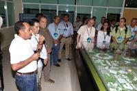 El doctor Raúl Godoy Montañez, secretario de Investigación, Innovación y Educación Superior, uno de los principales impulsores del complejo científico y académico, ofrece a los investigadores visitantes una explicación sobre la instalación y el proceso de su desarrollo.