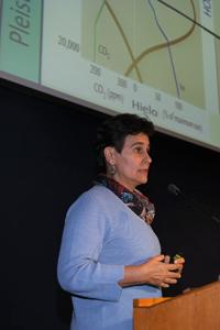 Doctora Margarita Caballero Miranda, del Instituto de Geofísica de la UNAM, especialista en ambientes lacustres, durante la conferencia