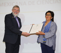 El doctor William D. Phillips, Premio Nobel de Física 1997, recibe el diploma que lo acredita como Miembro Correspondiente de la Academia Mexicana de Ciencias.