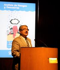 El investigador Alik Ismail-Zadeh, durante la conferencia en el Aula Mayor de El Colegio Nacional.