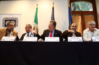 El embajador de Estados Unidos en México Anthony Wayne (centro) minutos antes de la ceremonia que dio inicio al simposio 'Nuevos Horizontes en la Ciencia'. Lo acompañan José Franco, Michael Clegg, Sergio Alcocer y Jeremy McNeil.