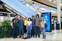 El equipo mexicano a su llegada al aeropuerto de Bakú, Azerbaiyán. Los estudiantes Saúl Pérez, Priscila Chacón, Jesús Barreras y Carlos Quezada, acompañados por Juan Carlos Hernández y Octavio Reyes, miembros del comité organizador de la Olimpiada Nacional de Química, y la guía azerbaiyana Valeriya Azizova
