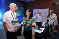 El doctor Andrés Aluja, coordinador general de cooperación e internacionalización de la UADY, y la investigadora Liliana Quintanar, ganadora del Premio de la Investigación de la AMC.