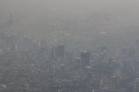 Imagen, Ciudad de México bajo una fuerte contaminación. La contaminación atmosférica es causante de 1 de 10 muertes en el mundo; en México 30 millones de mexicanos respiran mala calidad del aire. Se proyecta que para 2018, la mala calidad del aire ocasionará 37 mil 488 muertes prematuras, 103 mil hospitalizaciones, seis millones de consultas médicas y pérdidas económicas por 20 mil millones de pesos, de acuerdo con el INECC.
