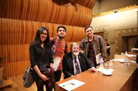 Jóvenes se acercaron al Premio Nobel a tomarse selfies, pedir autógrafos y abundar en las dudas que tuvieron durante su conferencia.