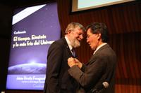 El doctor Jaime Urrutia, presidente de la Academia Mexicana de Ciencias, coloca en la solapa del doctor William D. Phillips, Premio Nobel de Física 1997, el fistol de miembro correspondiente de la AMC.