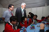 El doctor José Luis Morán visitó el taller de Programación y Robótica Pedagógica de la AMC en la XXV Semana Nacional de Ciencia y Tecnología.