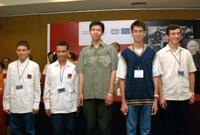 Los ganadores del primer lugar en la IV Olimpiada Mexicana de Historia, Ariel Hernández Muñoz y Bayron Pérez Pasaran, ambos de Veracruz; Juan Antonio Ramírez Ramos, de Zacatecas; Víctor Leyva Vega, del Estado de México, y Alejandro Dimas Ramírez, de San Luis Potosí.