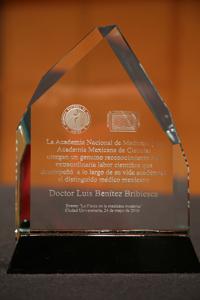 Placa que entregó la ANM y la AMC a la familia Benítez en reconocimiento a la extraordinaria labor científica que desempeñó a lo largo de su vida académica el distinguido médico mexicano Luis Benítez Bibriesca.