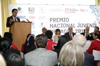 Doctor Jaime Urrutia Fucugauchi, presidente de la AMC, durante la premiación del PNJA 2016.
