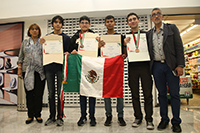 El equipo mexicano acompañado por la doctora María Cristina Revilla Monsalve, directora de la Olimpiada Nacional de Biología; y el maestro Miguel Àngel Palomino, líder y co-líder de la delegación, respectivamente.