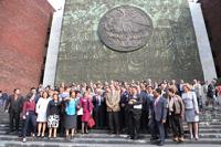 Legisladores e investigadores celebran con una foto de grupo la resolución de la Cámara.