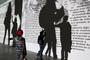 Publico asistente a la exposición Pseudomatismos de Rafael Lozano-Hemmer, exhibida en el Museo Universitario Arte Contemporáneo-UNAM (octubre 2015-abril 2016). Pieza: Rafael Lozano-Hemmer Al aire, 2015.
